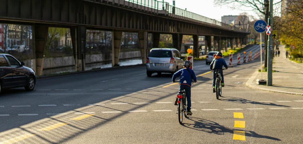 Zwei Kinder nutzen die neu eingerichtete Radspur
