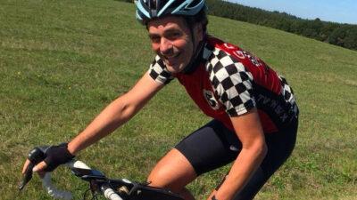 Ein Mann mit blauem Helm auf dem Rennrad