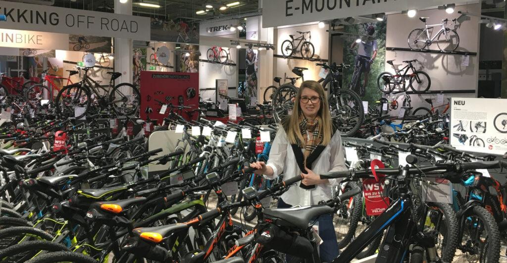 Cathérine Feld umgeben von vielen Fahrrädern