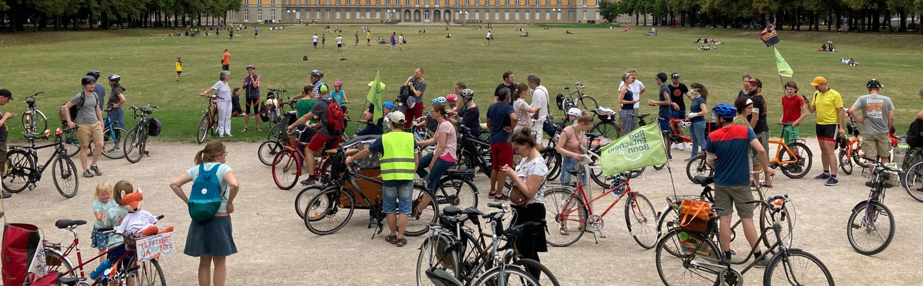 Viele kleine und große Radfahrer:innen warten am Hofgarten auf den Start der Kidical Mass