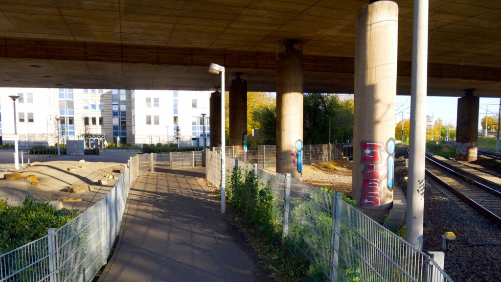 Ein Weg unter der Brücke des Tausendfüßlers