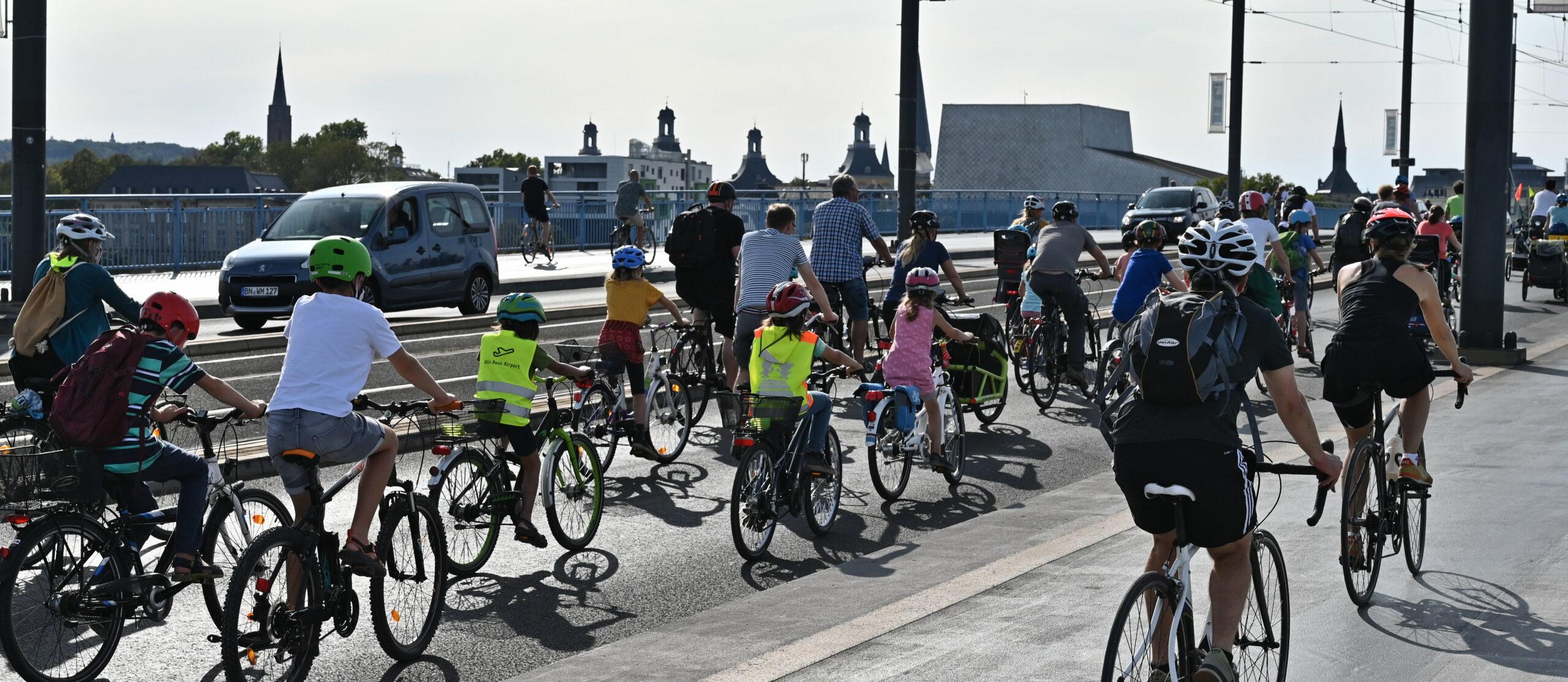 Viele kleine und große Radfahrer:innen auf der Bonner Kennedybrücke